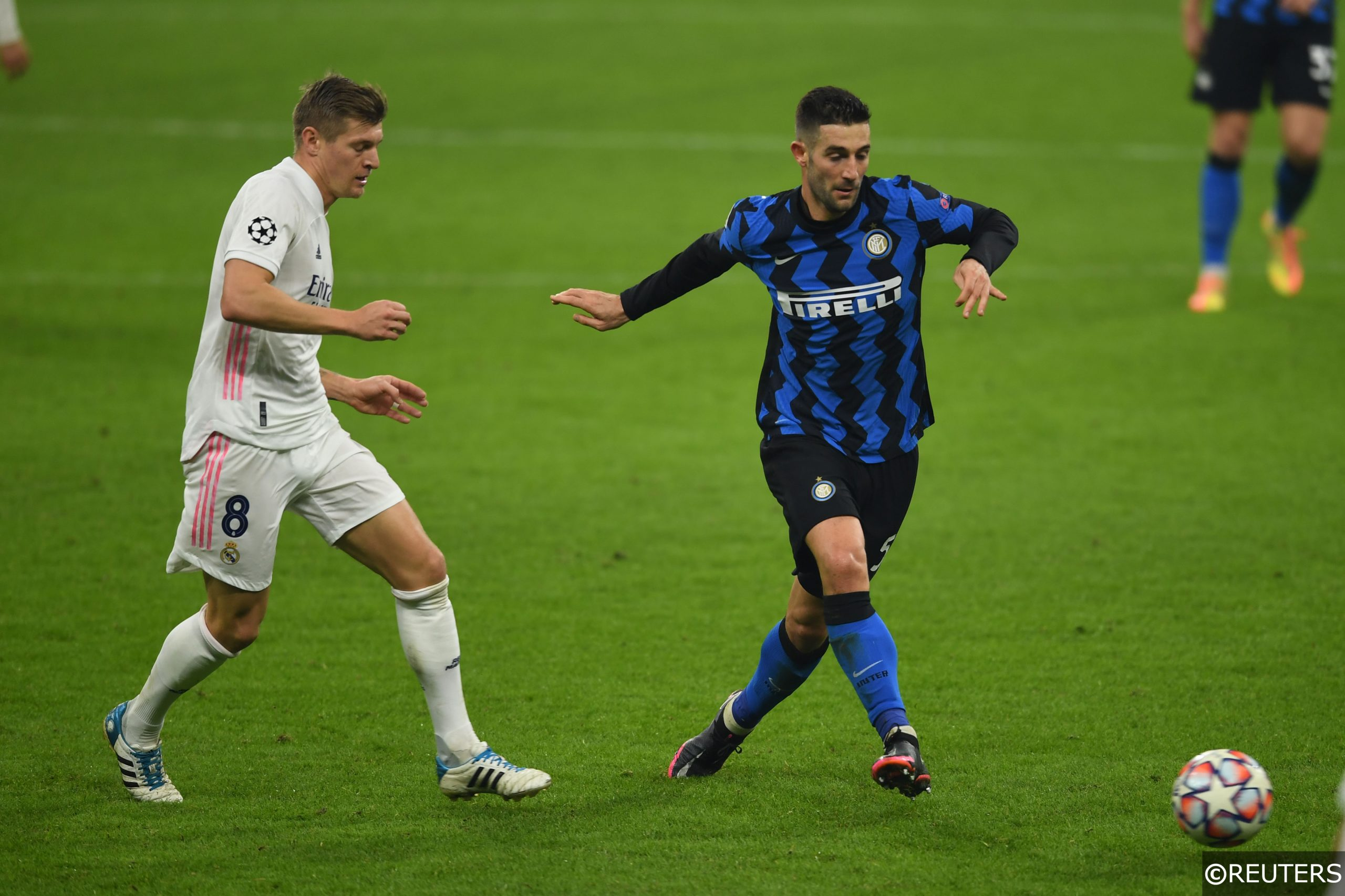 Roberto Gagliardini (Inter)Toni Kroos (Real Madrid) during the Uefa Champions League match between Inter 0-2 Real Madrid